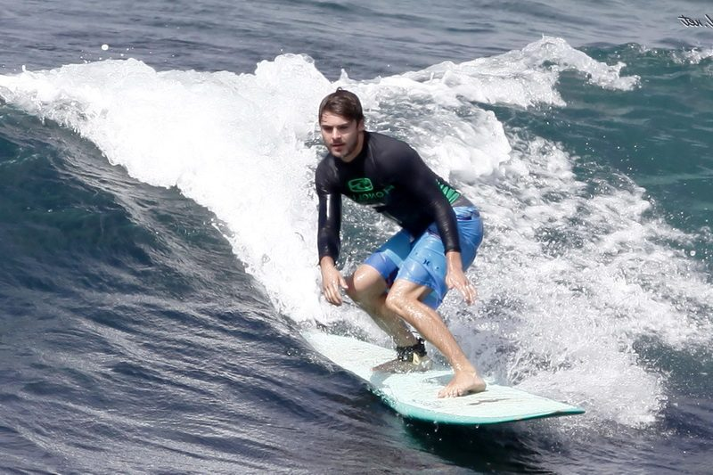 Зак Эфрон серфинг